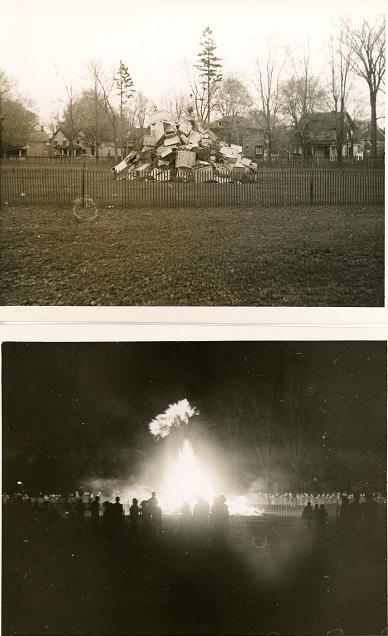 Deux photos en noir et blanc d'un feu de joie dans un parc.  En haut, image prise pendant la journée montrant toutes sortes d'objets en bois empilés entourés d'une clôture temporaire.  La photo du bas montre le feu de joie allumé avec de nombreuses personnes autour.