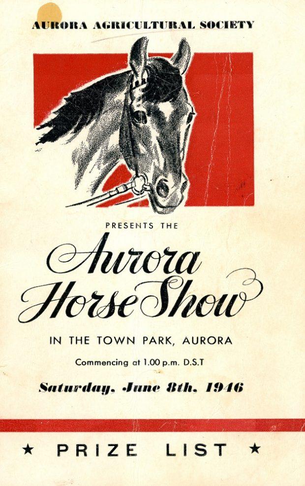 La couverture d'un programme en encre noire sur du papier crème montre le  dessin d'une tête de cheval sur fond rouge avec des renseignements sur l'événement