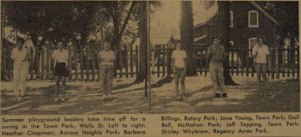 Image sépia, noir et blanc de six adolescents dans un parc  sur des balançoires, les jambes allongées.  Ils semblent être debout mais, en fait, ils sont adossés contre les balançoires.  Au fond une clôture en bois et une maison.  Court texte en noir sous l'image.