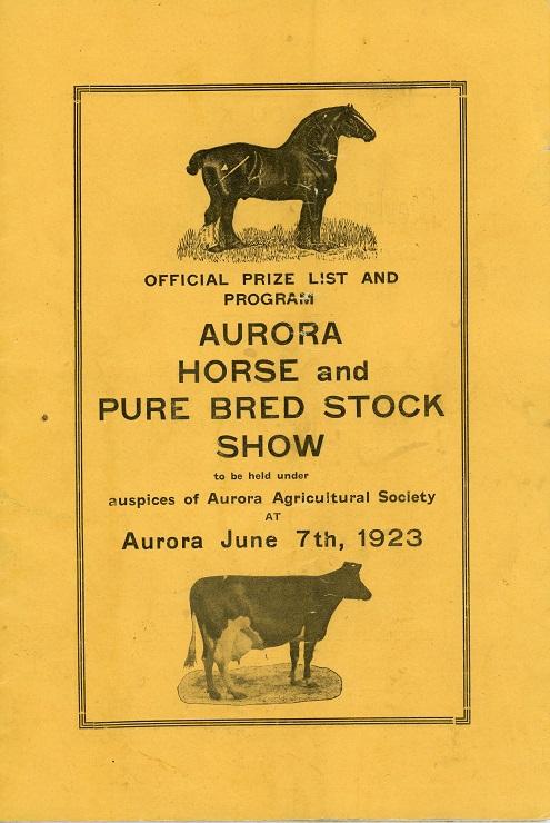 La couverture d'un petit programme rectangulaire  comprenait un libellé noir sur fond doré et figurant un cheval ainsi qu'une vache avec une bordure rectangulaire.