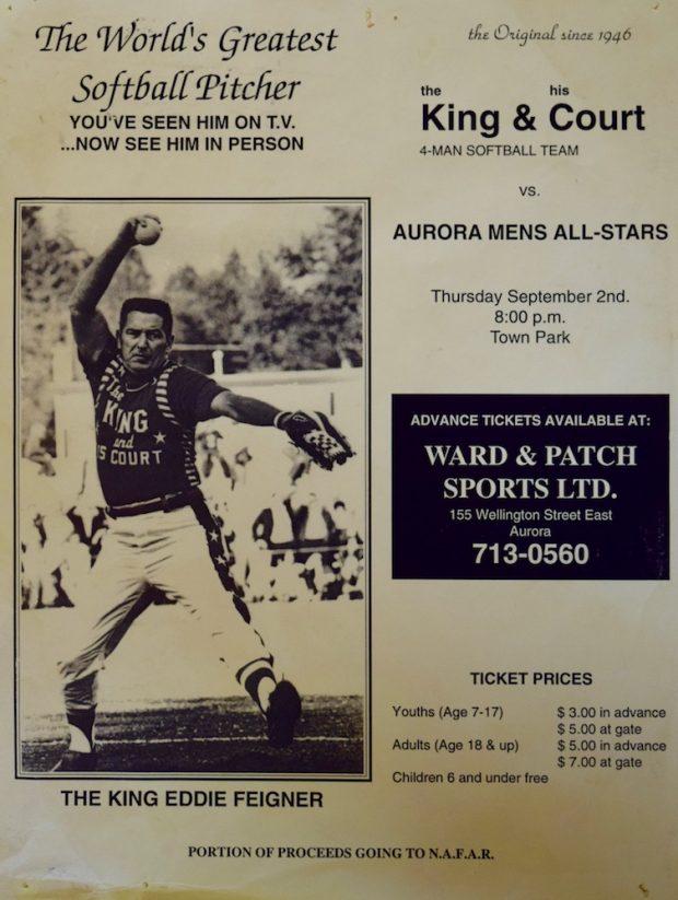 Affiche jaune avec texte en noir et blanc annonçant une joute de balle molle.  À gauche photo d'un homme lançant une balle.