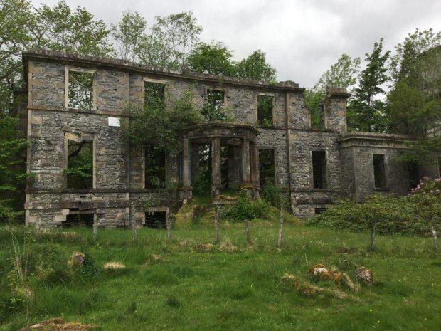 Photo en couleur des ruines de la façade d'un édifice en pierre.