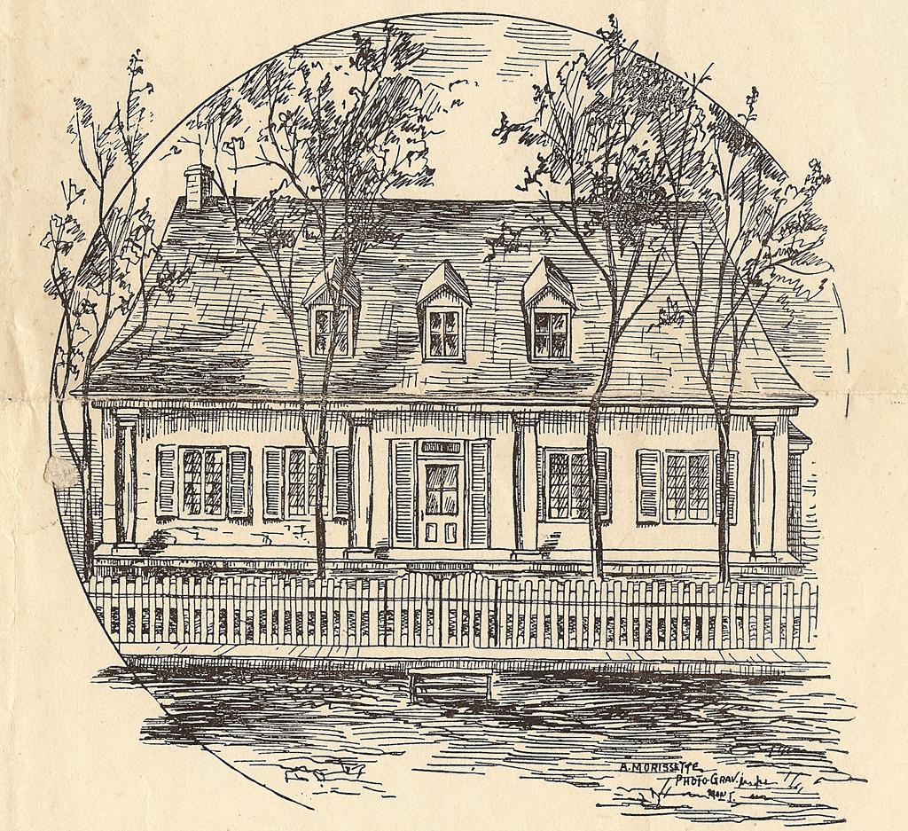 Gravure imprimée dans un journal. Elle représente la façade d'une maison rectangulaire d'un étage et demi avec un toit haut et escarpé percé par trois lucarnes. La galerie, qui fait la largeur de la maison, est protégée par la toiture. Une clôture de planches de bois longe la rue en terre battue.