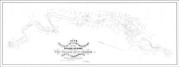 Plan dessiné d'un secteur d'une rivière. Le plan montre l'emplacement de lots, de rues, de bâtiments. Les rapides de la rivière sont mis en évidence pour indiquer la position des pouvoirs d'eau. Au bas de la carte, on peut lire : « Plan montrant les différents pouvoirs d'eau de la rivière du Nord, à et près du village de Saint-Jérôme en anglais. »