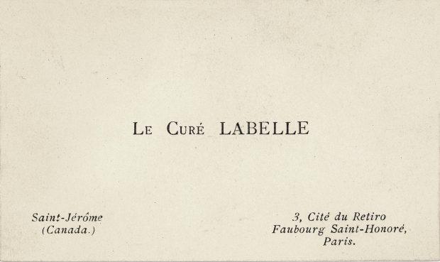 Image montrant un petit carton blanc rectangulaire. Il y est imprimé en noir, en plein centre, « Le curé Labelle ». Au bas du carton, ses coordonnées au Canada et en France.