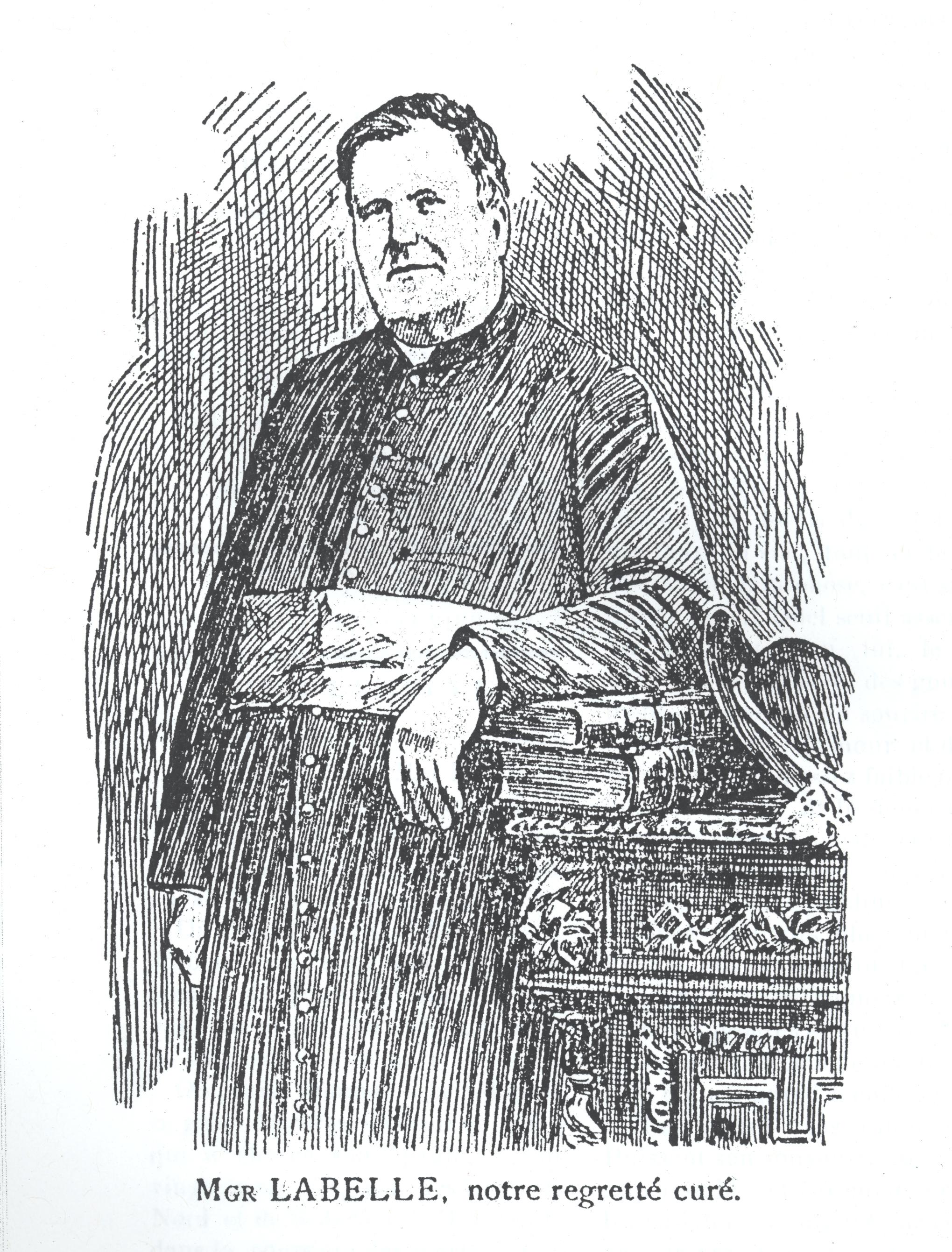 Gravure à l'encre noire d'un prêtre. Celui-ci porte une soutane boutonnée, une large ceinture entoure sa taille, signe hiérarchique dans la religion catholique. L'homme dans la cinquantaine a les cheveux courts et bouclés. Il est debout et appuie un bras sur deux livres posés sur un meuble à sa gauche.