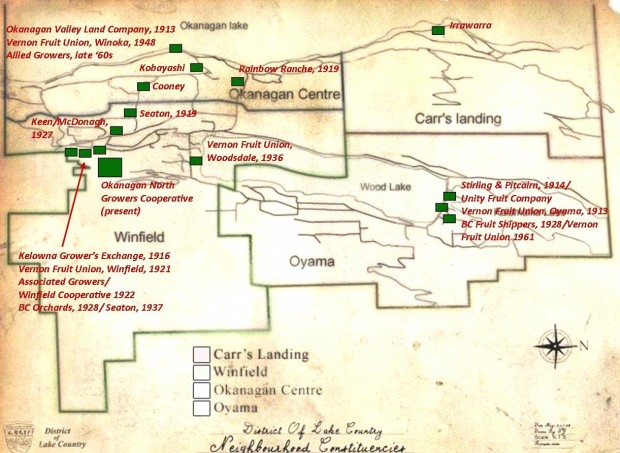 Photo en couleur représentant la carte de quatre communautés où les stations fruitières sont indiquées par des carrés verts. La carte montre le développement des stations fruitières au fil des années, avec six stations au début des années 1920 et cinq de plus en 1930. Au cours du siècle dernier, au moins vingt stations fruitières ont été en activité.
