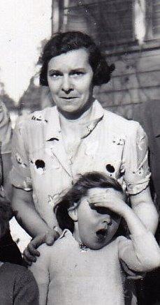 Photo en noir et blanc d'une femme et d'une fillette à l'extérieur.