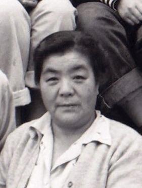 Portrait en noir et blanc d'une femme japonaise d'âge moyen.