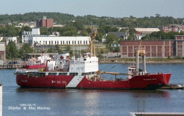 Navire de la Garde côtière-le Sir Humphrey Gilbert, dans le port. En arrière-plan, vue de la ville