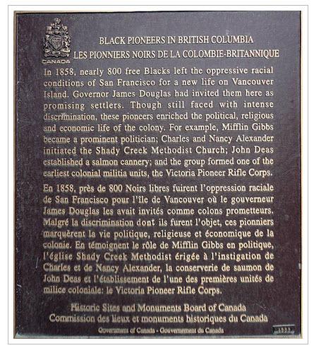 plaque de bronze sur socle en béton