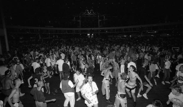 Une soirée disco bondée au Plaza of Nations du Celebration Centre.
