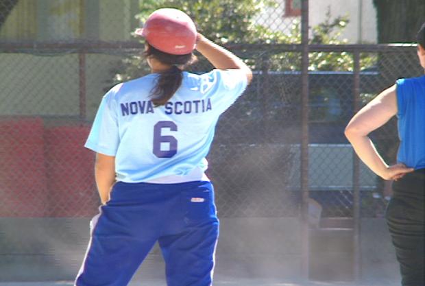 Une joueuse de softball de l'équipe de la Nouvelle-Écosse.