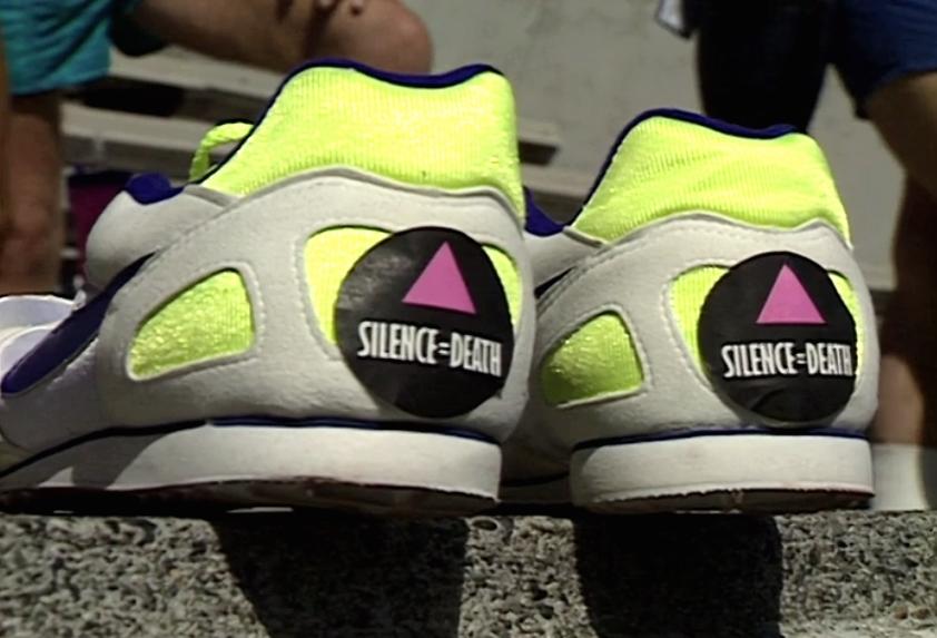 Des chaussures de course avec des autocollants 'Silence = Death' sur leurs talons dans les gradins du Swanguard Stadium, Burnaby.
