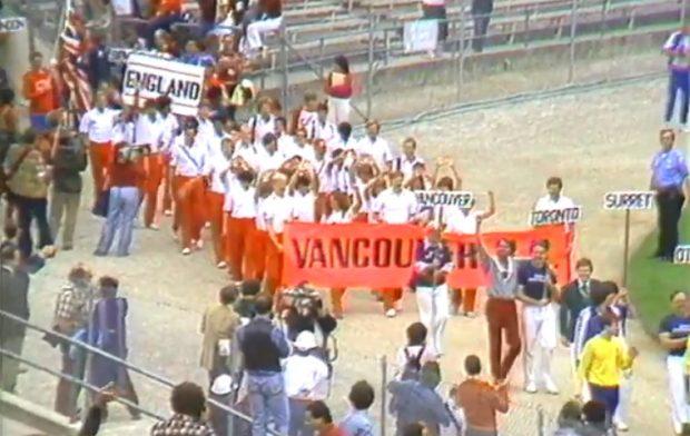 L'équipe de Vancouver entre dans un stade aux premiers Jeux gais.