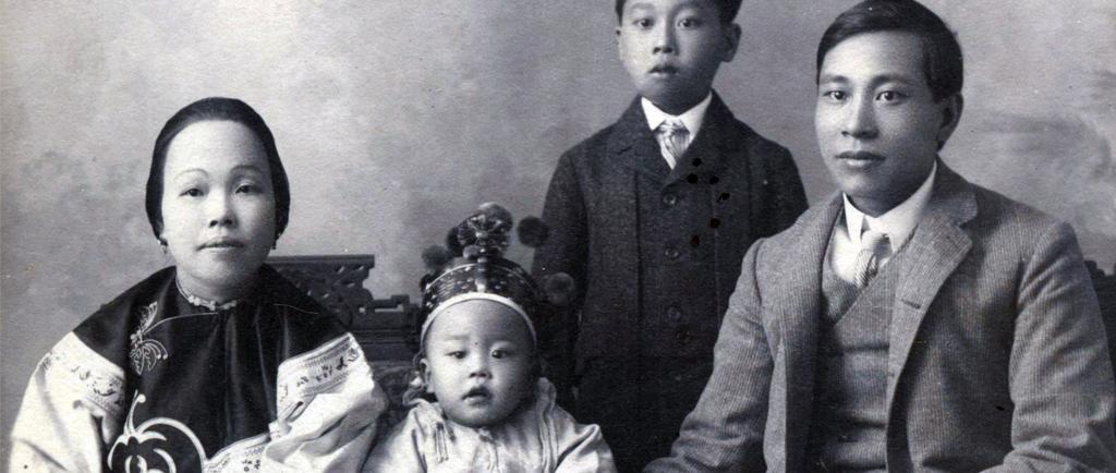 Portrait de groupe formel en noir et blanc dont on pense qu'il représente la famille Yip On. Le plus jeune des enfants est au centre, une couronne sur la tête, la mère est à gauche et le père, à droite. Leur jeune fils se tient debout, légèrement sur le côté, derrière la famille assise.