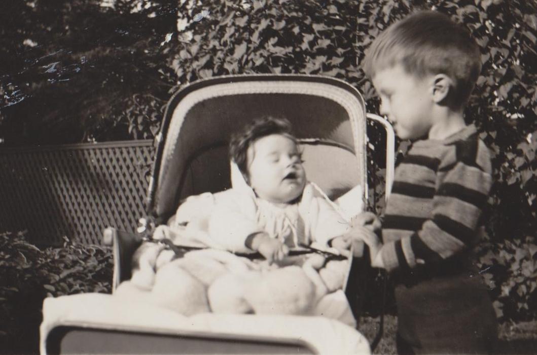Photo noir et blanc d'un petit garçon et d'un petit bébé dans une calèche