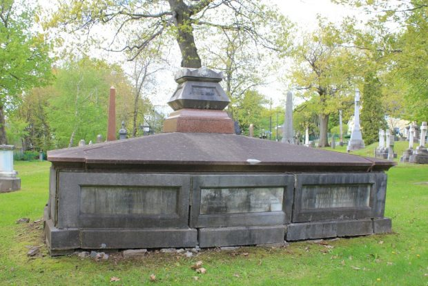 un grand monument rectangulaire