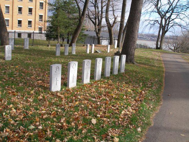 pierre tombale alignée avec les feuilles d'automne tout autour