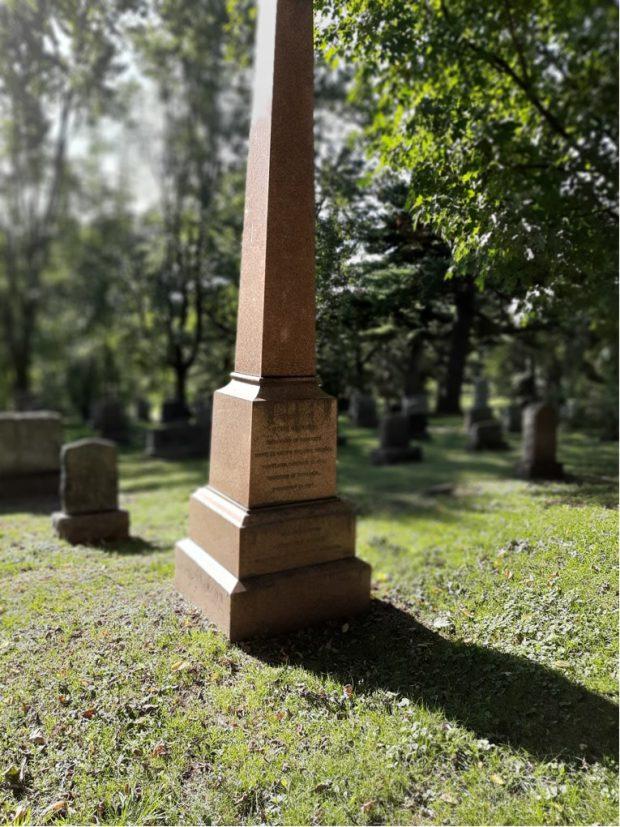 un long monument en pierre rouge