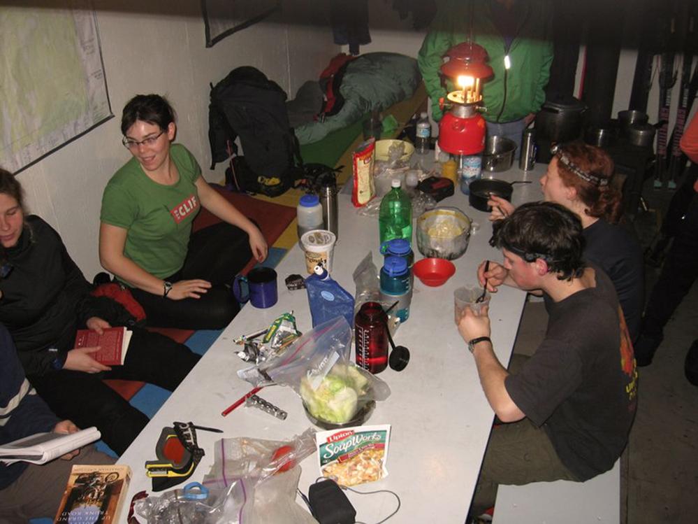 Les membres du club passant un bon moment ensemble autour d'un repas chaud dans la salle à manger.