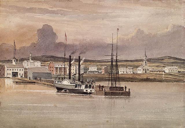 Une aquarelle d'un bateau à vapeur avec deux grandes cheminées noires amarré à un quai qui mène à un entrepôt. Il y a d'autres bâtiments, presque tous blancs, en arrière-plan.