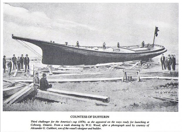 Un lavis en noir et blanc qui montre la coque d'un grand voilier avec quatre hommes qui travaillent à bord du navire alors que trois groupes d'hommes, qui portent presque tous un chapeau, sont assis ou se tiennent debout près des madriers.