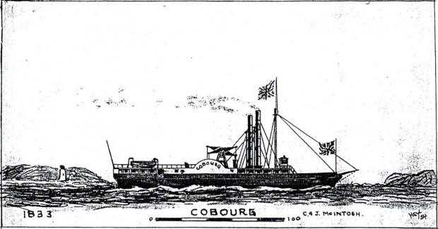 Un croquis en noir et blanc d'un bateau à vapeur qui navigue devant la rive et le phare, qui sont dessinés de façon rudimentaire. Le navire fait flotter deux drapeaux de l'Union Jack et arbore le nom « COBOURG » sur la roue à aubes.