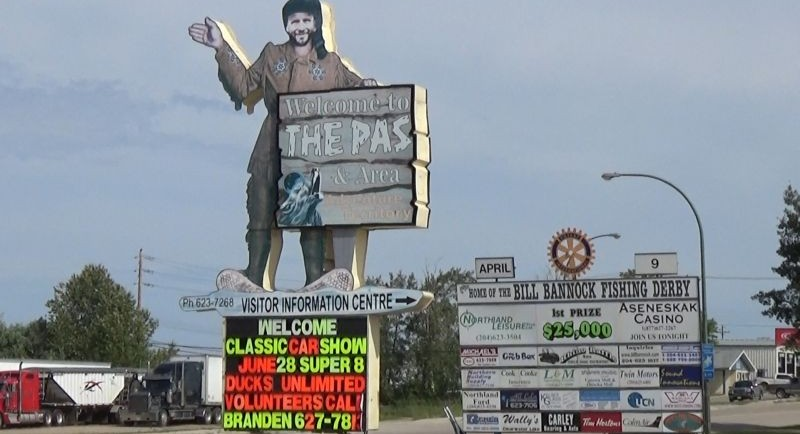 Pancarte des trappeurs coupée en forme d'un trappeur avec une pancarte à la main qui dit « welcome to the Pas ». Il y a une deuxième pancarte avec un logo en haut. Voyez le lien pour la description.
