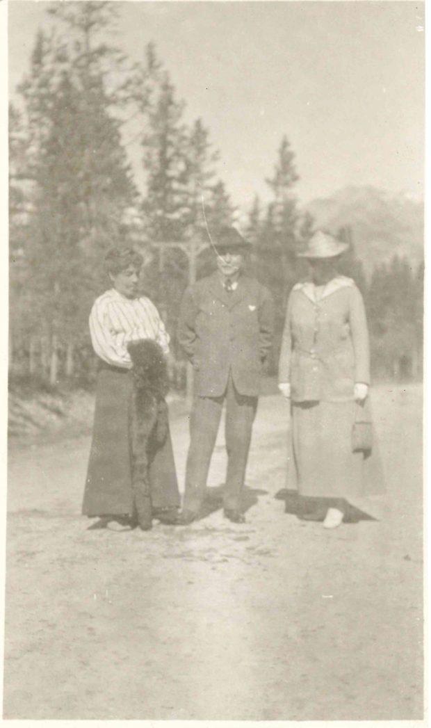 Photo de Belle (à gauche), James (au centre) et de mademoiselle Merritt (à droite) à Banff