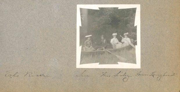 Isabella Lougheed en canot avec des amis sur le ruisseau Echo