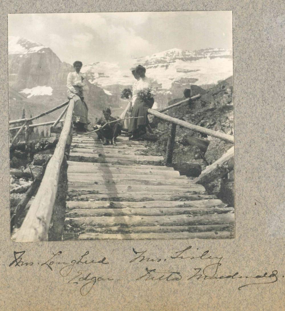 Photo d'Isabella (à gauche) sur un pont de Banff avec des amis et son fils Edgar