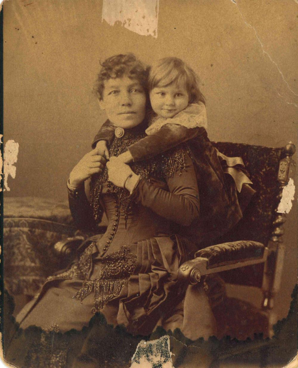 Photo d'Isabella Lougheed et de Clarence, son fils aîné, âgé d'environ deux ans, vers 1887