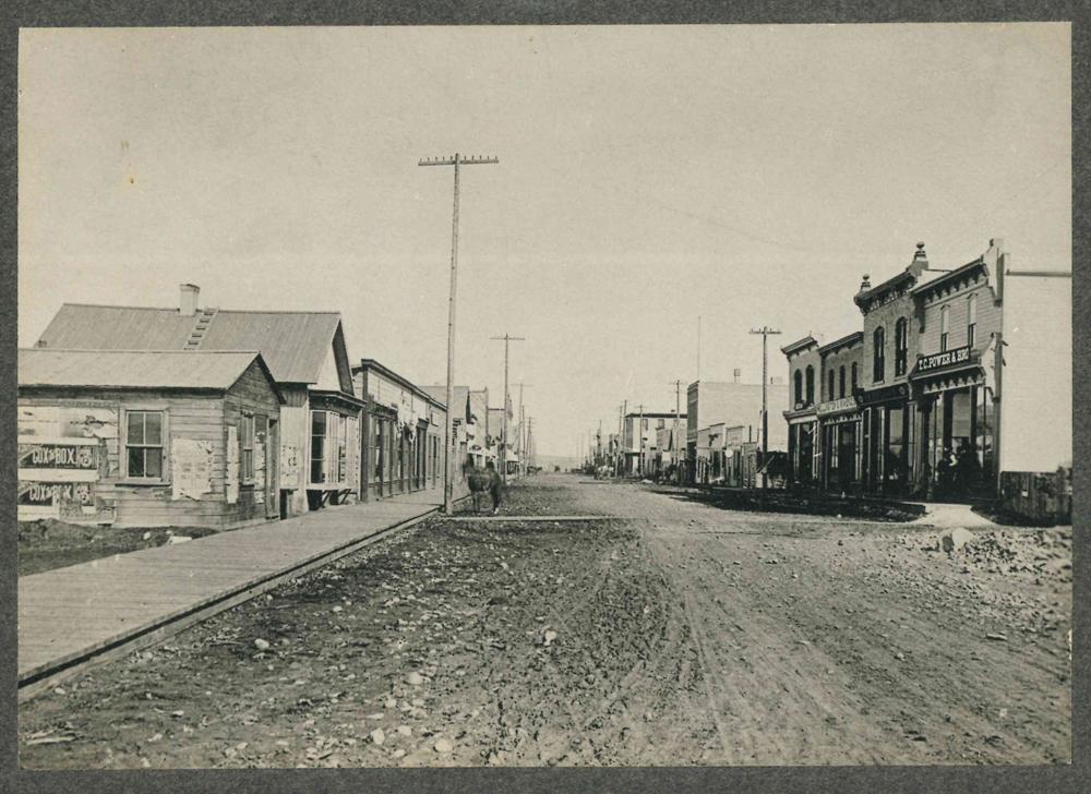 Photo de l'avenue Stephen dans les années 1880 avec maison Lougheed originale : deuxième bâtiment à gauche, avec fenêtre en baie