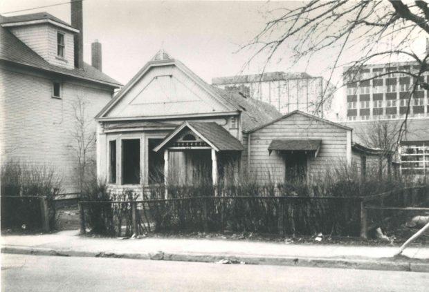 Maison de famille originale d'Isabella et de James Lougheed sur la 8e Avenue, avec fenêtre en baie ajoutée à leur demande