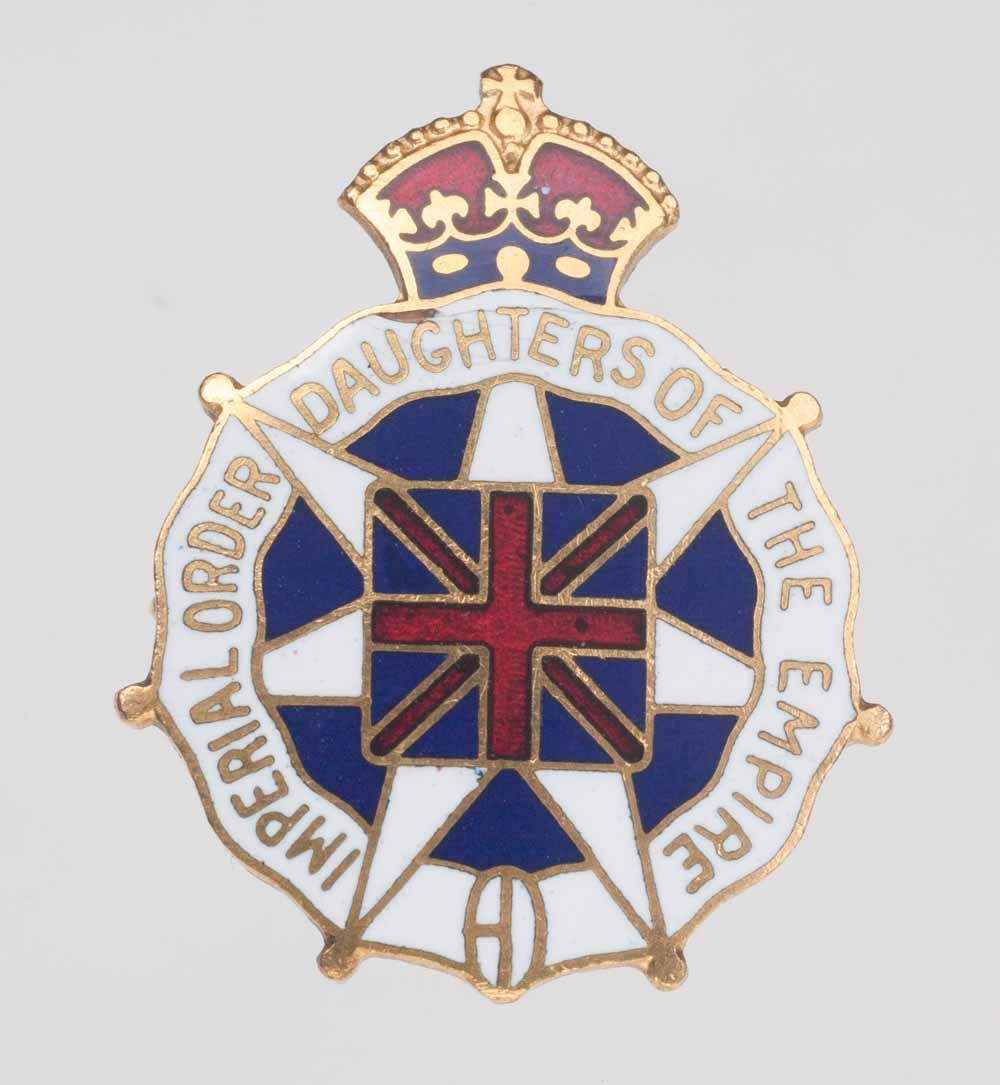 Épinglette en émail de l'OIFE avec le drapeau de l'Union royale en son centre et la couronne tout en haut