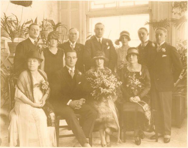 Photo de groupe prise au mariage de Dorothy, Belle se trouvant à gauche, dans la rangée d'en avant