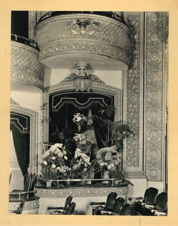 Photo de la loge des Lougheed au Grand Theatre, les fleurs et les couronnes donnant l'impression d'un décès dans la famille
