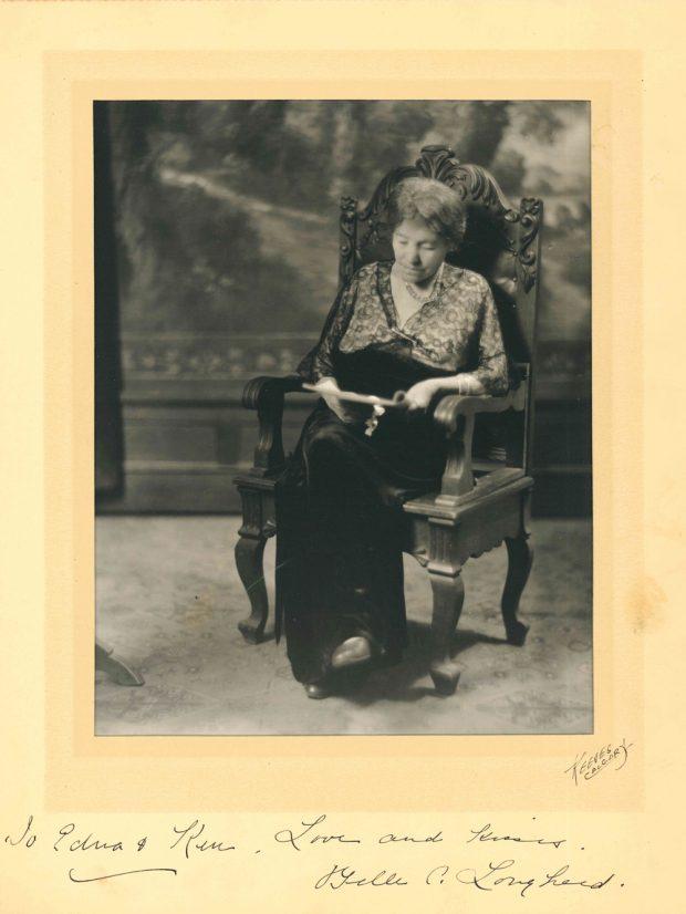 Photo studio de Belle âgée, assise et en train de lire