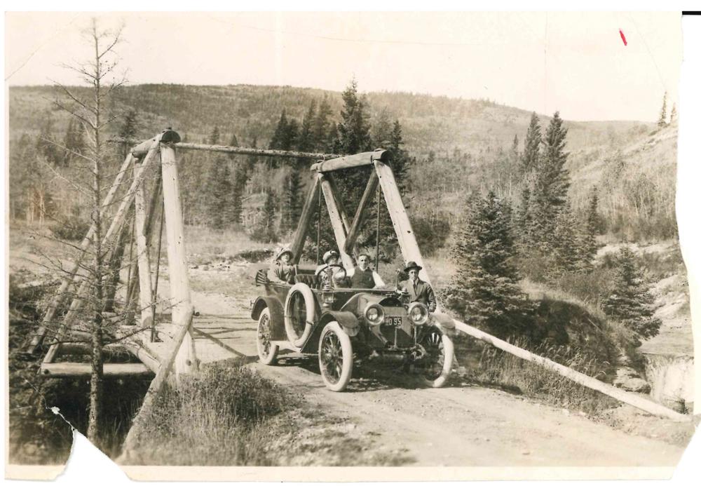 Membres de la famille Lougheed et amis en voiture, probablement dans les piémonts de l'Alberta.