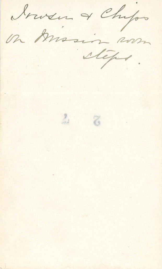 Écrit à la main au verso d'une photo de deux chiens noirs