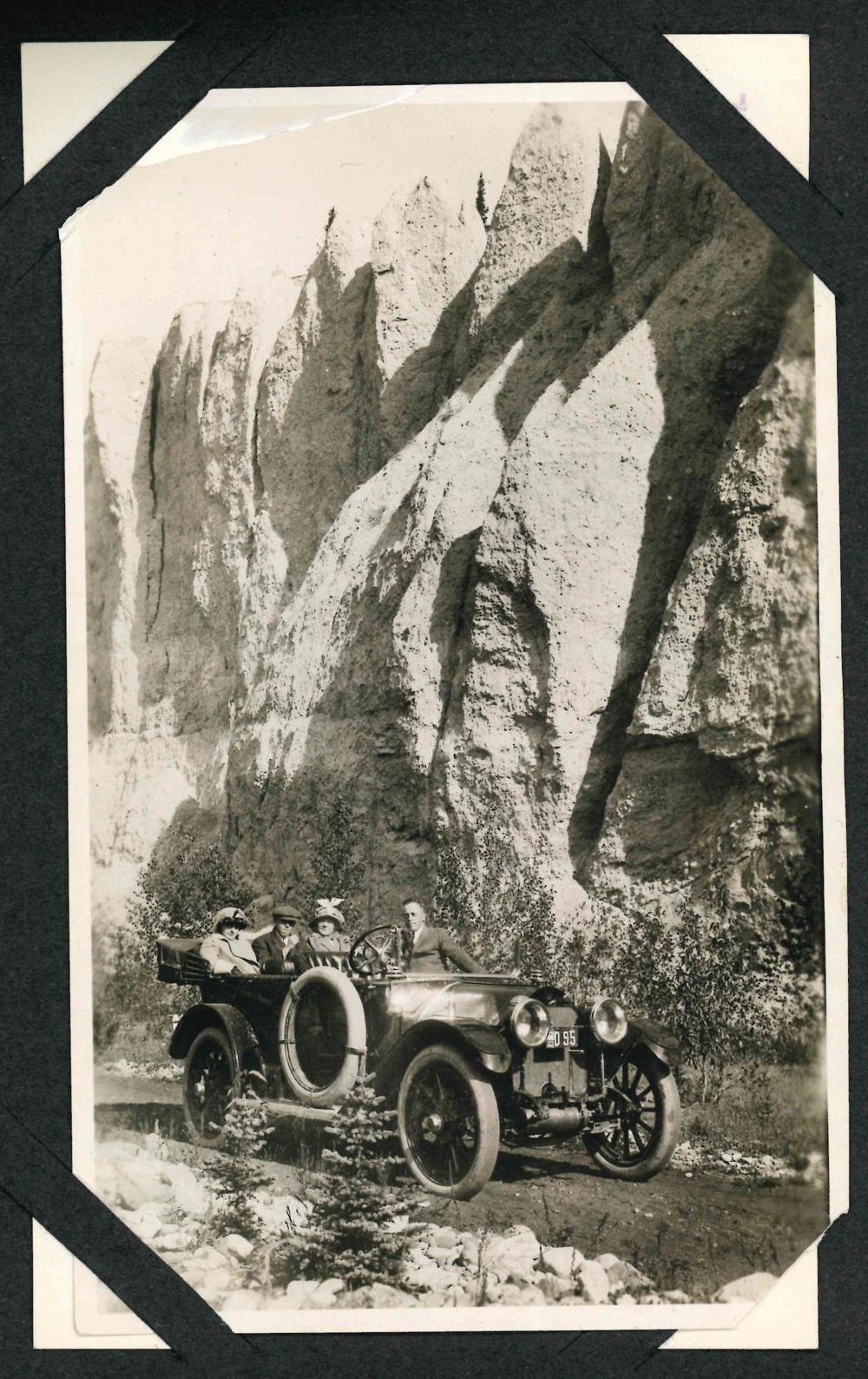 Photo des membres de la famille en voiture à Banff près des Hoodoos