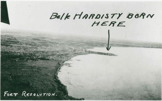 Vue aérienne de Fort Resolution avec texte manuscrit indiquant le lieu de naissance de Belle Hardisty.