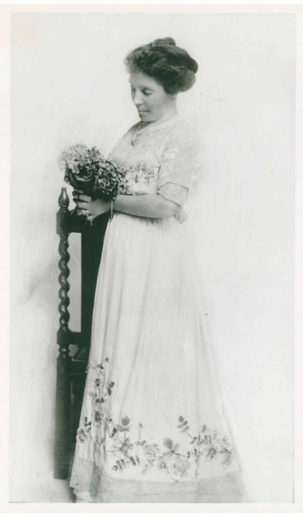 Photo de Belle Lougheed, bouquet de fleurs à la main