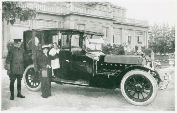 Belle et sa fille Marjorie en train d'embarquer dans la voiture, à Beaulieu