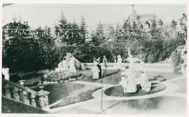 Photo d'une réception dans le jardin officiel de Beaulieu avec le Prince de Galles