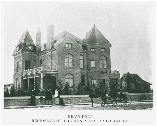 Photo de personnes, d'un cheval et d'une calèche devant la maison Beaulieu, en 1903