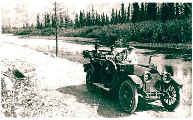Voiture antique sur la route à Banff