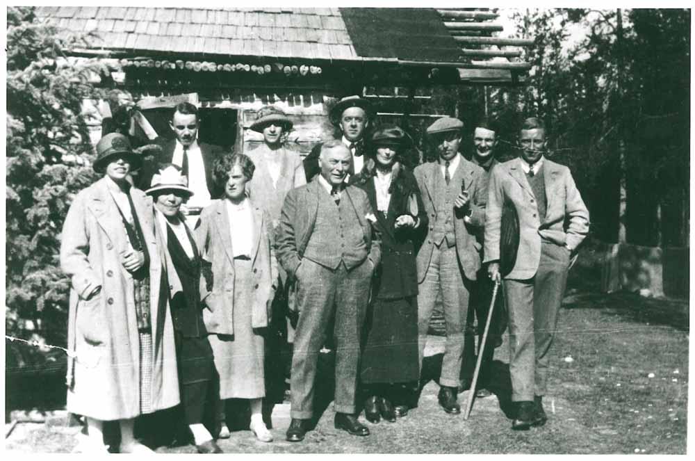 Photo de la famille Lougheed au chalet de Banff (James au centre, Belle deuxième à gauche)