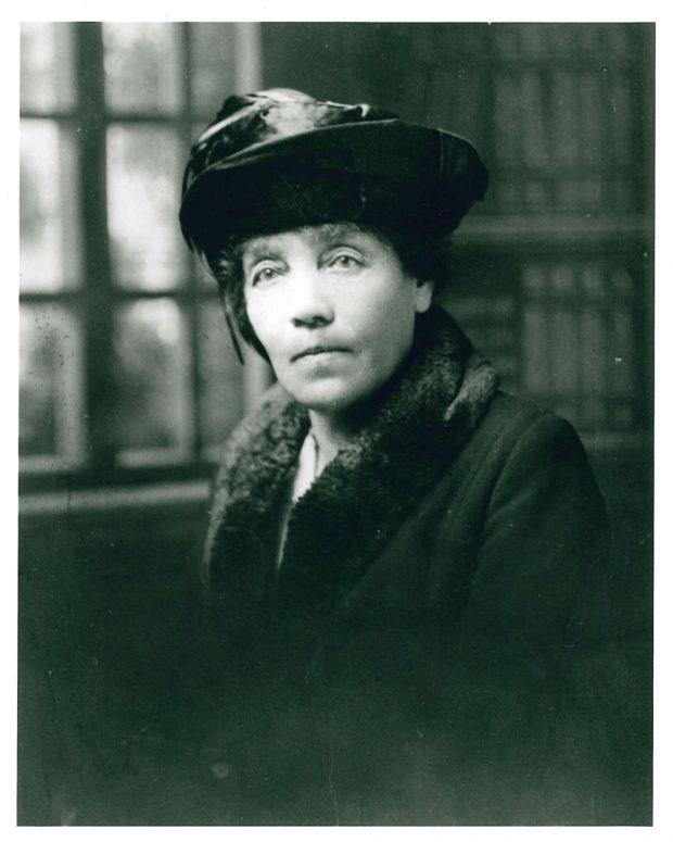 Portrait de Belle Lougheed portant un chapeau et un manteau d'hiver avec col de fourrure.